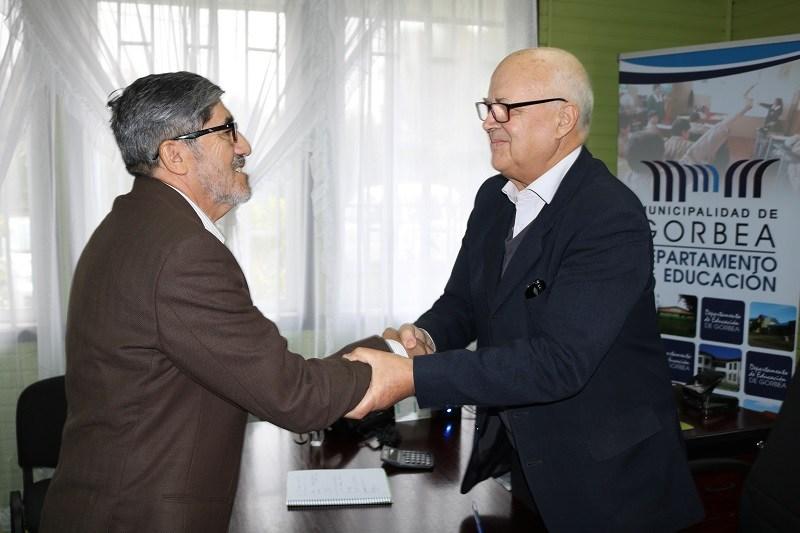 Alcalde Guido Siegmund hace entrega de incentivo al retiro a Profesor Victor Valderrama