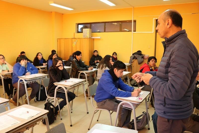 Estudiantes beneficiados con Beca Pre Universitario Pedro de Valdivia realizan ensayo formal PSU