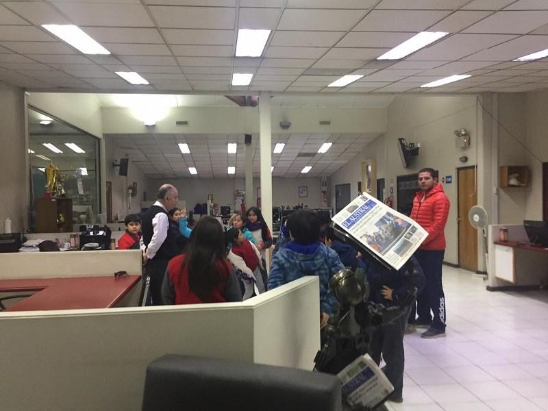 Estudiantes de Escuela Presbítero J.A.G. realizan visita a Diario Austral