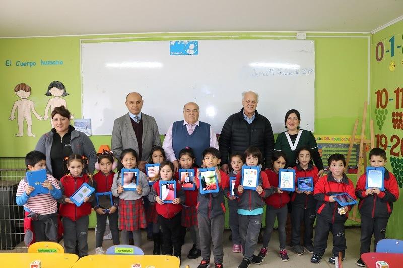 Alcalde hace entrega de material didáctico a estudiantes de Escuela Presbítero José Agustín Gómez