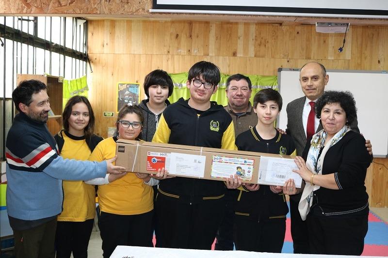Director de Educación hace entrega de material a taller de Robótica de Escuela Cinco