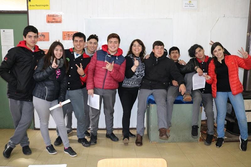 Pre Universitario Pedro de Valdivia se reúnen con estudiantes beneficiados