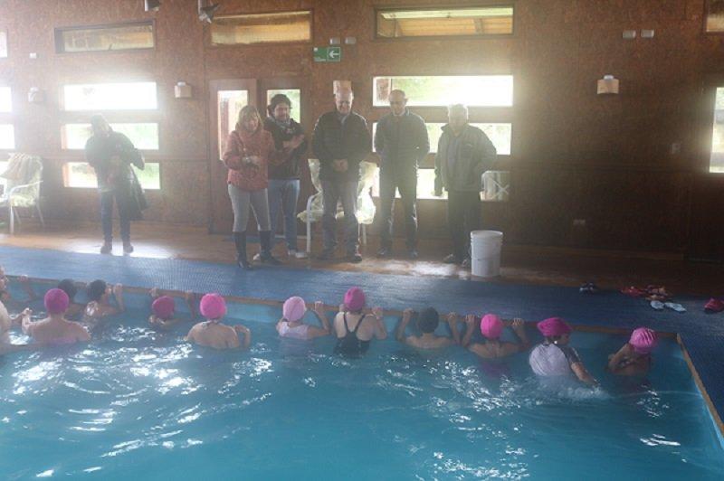 Alcalde inaugura Talleres de natación de Escuela Licarayén