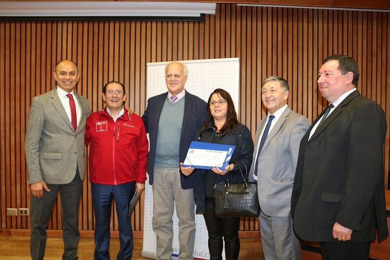 Alcalde Guido Siegmund recibe Fondos para mejorar infraestructura del C.E. Andrés Antonio Gorbea