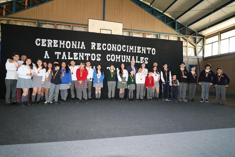 Alcalde y DAEM realizan ceremonia de reconocimiento a estudiantes talentosos