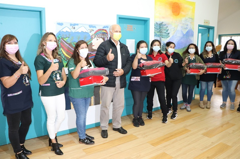 Alcalde hace entrega de uniformes a funcionarias de Jardines VTF