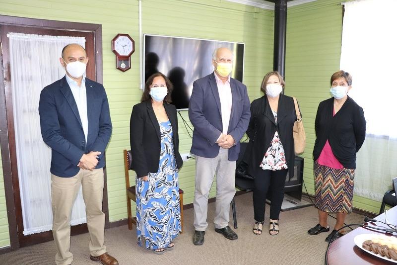 Alcalde hace entrega de bonificación por retiro voluntario a cinco profesoras de la comuna