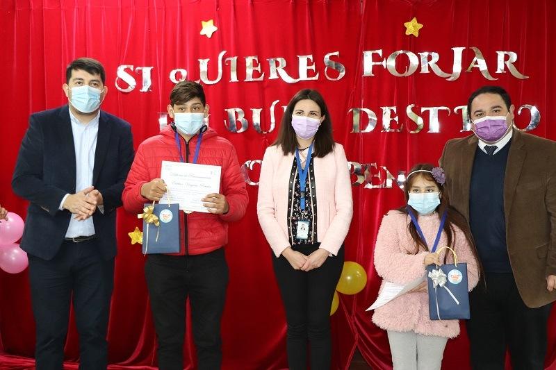 Alcalde entrega reconocimientos a estudiantes destacados de la comuna